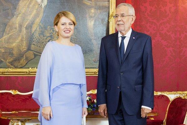 Prezidentka SR Zuzana Čaputová a rakúsky prezident Alexander Van der Bellen pózujú počas stretnutia v paláci Hofburg.