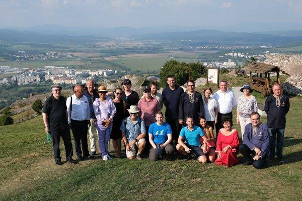 Spoločná momentka so skupinou diplomatov na Pustom hrade.
