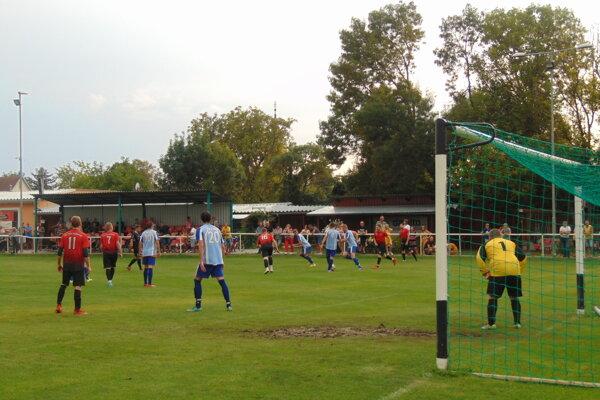 Peter Dudášik (č 11) zápas proti Krajnému napriek zdravotným problémom dohral.