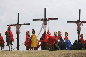 Ukrižovanie Ježiša dnes napodobňujeme.