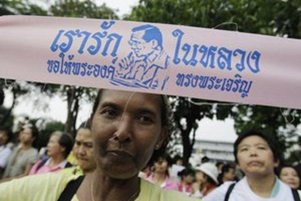 Thajčanka želá kráľovi dlhý život.
