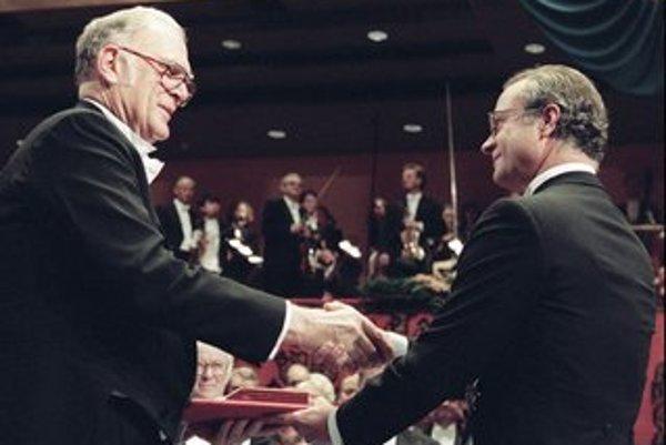 Sherwood Rowland si za svoju záchranu ozónovej vrstvy prevzal v decembri 1995 Nobelovu cenu za chémiu.