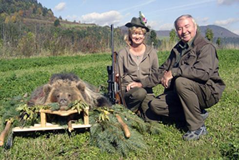 šťastná lovkyňa so svojim manželom.
