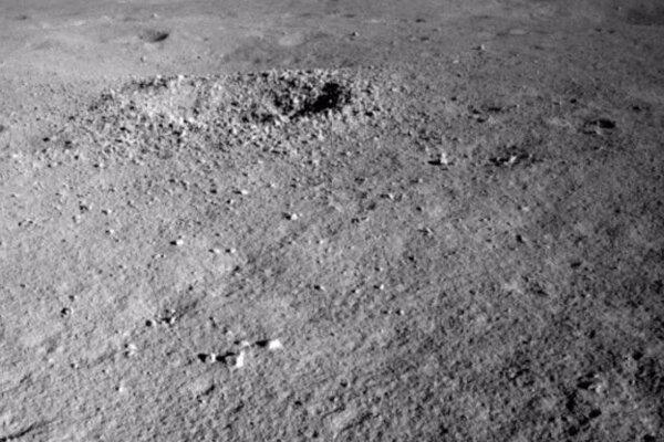 Rover Nefritový králik 2 objavil zvláštny materiál v jednom zo skúmaných kráterov.
