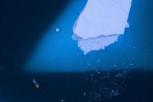 Loď vedľa obrovského ľadovca na východe Grónska.