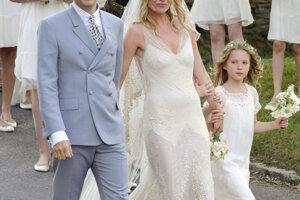 Modelka Kate Moss sa v roku 2011 vydala za hudobníka Jamieho Hincea. Oblečené mala splývavé šaty vyšívané zlatom od Johna Gallianiho.
