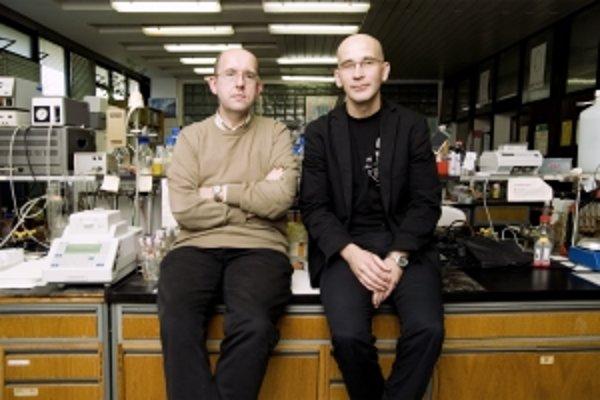 Prof. RNDr. Jozef Nosek, DrSc. (1967) vyštudoval genetiku a molekulárnu biológiu, niekoľkokrát absolvoval študijný pobyt na Institut Curie v Orsayi. Pôsobí na Katedre biochémie Prírodovedeckej fakulty UK. Zaoberá sa molekulárnou architektúrou a dynamikou