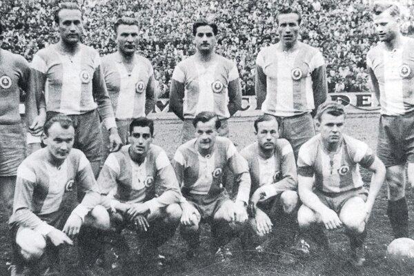 Mužstvo ŠK Bratislava na jar 1947. V podrepe v strede Gejza Šimanský.