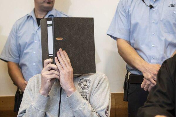 Jeden z odsúdených Andreas V. v priebehu súdneho konania v  Detmolde.