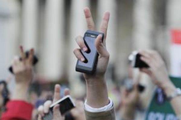Egypťania protestovali s mobilnými telefónmi v ruke. Revolúciu sa im podarilo cez sociálne siete preniesť do celého sveta takmer v priamom prenose.