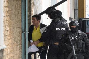 Mariana Kočnera eskortujú na výsluch na políciu v Nitre.