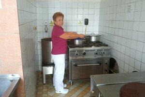 Pre školu i škôlku varia v malej kuchyni na obecnom úrade.