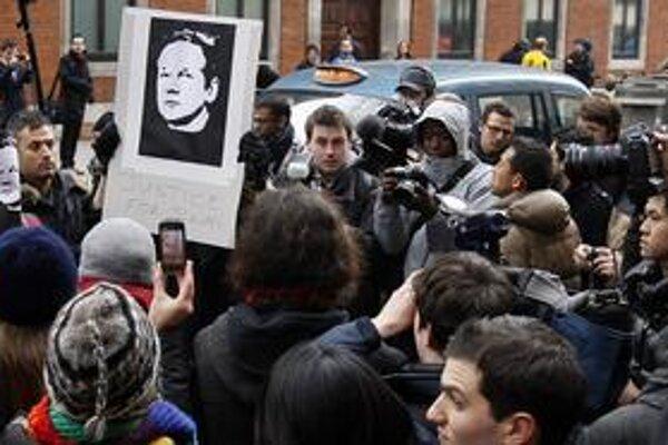 Stúpenci WikiLeaks prišli podporiť Juliana Assangeho v utorok aj pred súd, kde mu zamietli žiadosť o kauciu.