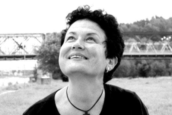 Danka Valková (1963) vyštudovala biochémiu na Prírodovedeckej fakulte UK v Bratislave. Vedeckú hodnosť CSc. získala na Virologickom ústave SAV za štúdium faktorov virulencie Coxiella burnetii, pôvodcu Q horúčky, ktorá je dodnes závažným ochorením. Neskôr