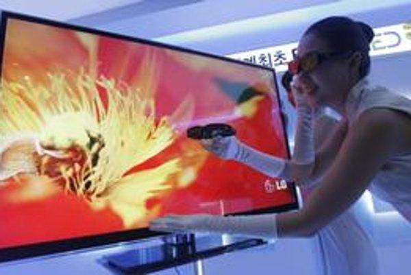 Hoci sú 3D televízory atraktívne, obchodníci sú zatiaľ opatrní. Odhadujú,  že na slovenskom trhu predajú skôr desiatky ako stovky či tisícky kusov.
