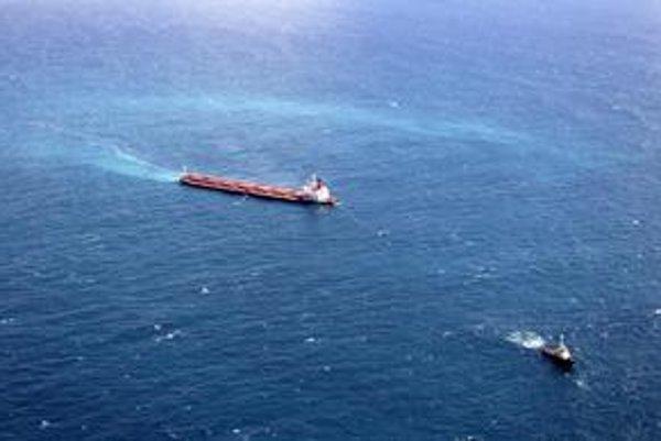 Loď za sebou nechala trojkilometrovú stopu.