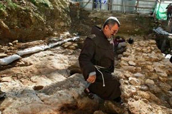 Nazaretský farár Jack Karam na mieste, kde pracovali archeológovia .