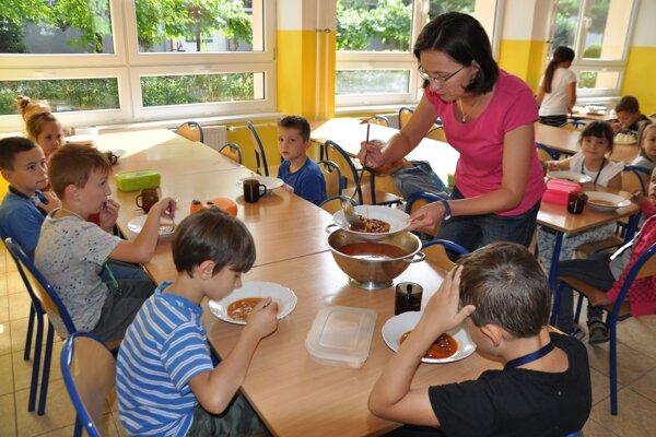 V niektorých školách využíva obedy až 80 percent žiakov.