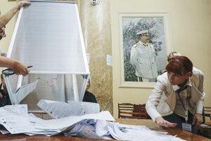 Členka volebnej komisie vo Volgograde sa pripravuje na sčítavanie hlasov. Za ňou visí portrét sovietskeho diktátora Josifa Stalina.