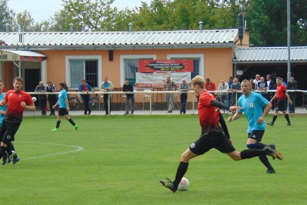 Pobedim (v červenom) strelil Lubine kopanice šesť gólov.