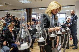 Prezidentka Čaputová počas symbolického zapálenia sviečky pri príležitosti pietnej spomienky Stretnutie generácií v Múzeu holokaustu v Seredi.