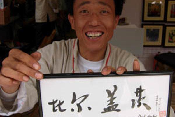 Po čínsky napísané mená celebrít idu na dračku. Táto tabuľka nesie nápis Bill Gates
