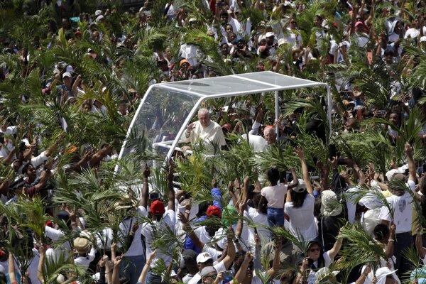 Pápeža privítali s palmovými listami a vatikánskymi vlajkami v rukách.