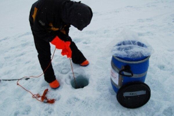 Španielski vedci objavili prekvapivo pestrú paletu vírusov v sladkovodnom jazere na ostrove v Antarktíde. Antarktída je v povedomí verejnosti ukotvená ako pustý mrazivý kontinent snehu a ľadu. To je v zásade pravda, no v jej prostredí sa vyskytujú aj biol