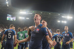 Róbert Boženík (uprostred) a jeho gólová radosť v zápase kvalifikácie EURO 2020 Maďarsko – Slovensko.