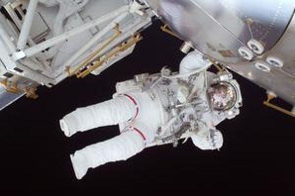 Posádka raketoplánu Discovery strávila v otvorenom vesmíre desiatky hodín.