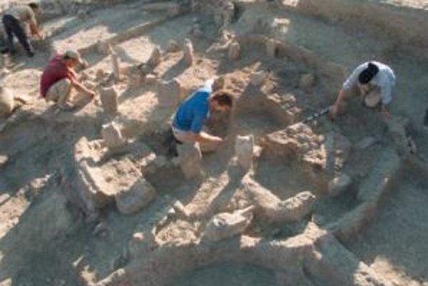 Vykopávky stavby 4 v Dhra´ pri pohľade z juhu. Slúžila ako sýpka a jej vonkajšie steny boli vybudované pred 11 300 až 11 200 rokmi. Vo vnútri sú vyradené mlecie kamene, ktoré poskytovali oporu brvnám, zväčša zapusteným do hlinenej steny, ktoré tvorili zák