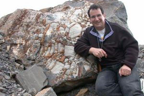Alan J. Kaufman z Marylandskej univerzity ukazuje, ako blízko sa vedci dostali k pravekej skale.
