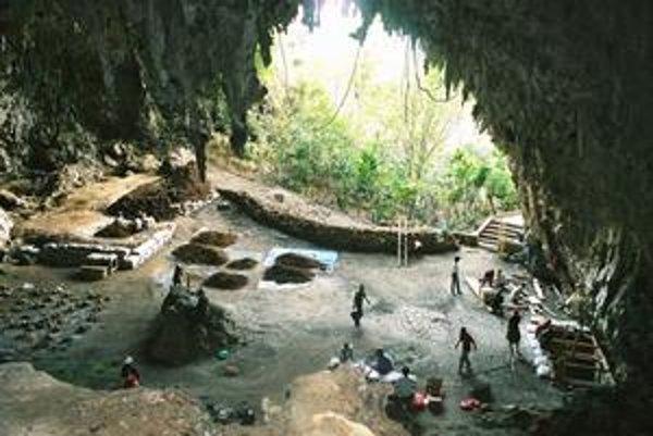 V jaskyni Liang Bua (hore) sa našli hobitie kosti. Na spodnej snímke fotografuje jeden z objaviteľov Peter Brown z Novoanglickej univerzity v Armidale (Austrália) lebku hobita.
