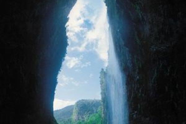 Portál jaskyne Cueva de el Fantasma (šp. prelud, klam, strašidlo, prízrak či duch) je vysoký vyše sto metrov. Názorne to dokladajú dva v tejto perspektíve drobučké vrtuľníky, ktoré vidno dole. Leží na málo dostupnej stolovej hore Aprada a stále nie je dob