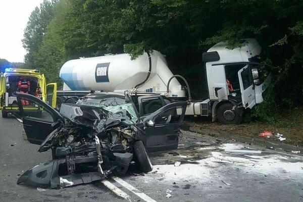 Vážna nehoda sa stala uplynulý piatok pri Lučatíne, zrazilo sa tu osobné auto s cisternou.