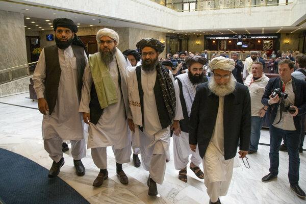 Mullah Abdul Ghání Baradar, najvyšší politický líder Talibanu (tretí zľava) s ďalšími členmi delegácie Talibanu.