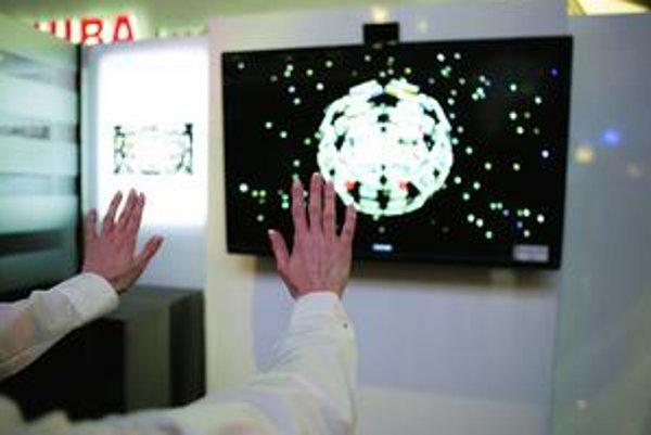 Novinky zo sci-fi filmov konečne v obchodoch: Toshiba predstavila ovládanie objektov na obrazovke pohybmi rúk vo vzduchu.