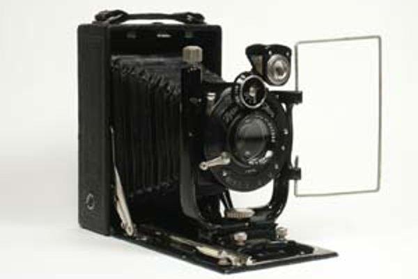 Značka, ktorú založil Carl Zeiss (dole) sa venovala a dodnes venuje aj fototechnike.