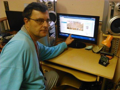 peter broniš obľubuje prácu na počítači.