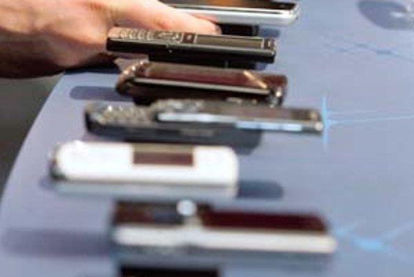 Ochota zákazníkov platiť za stále nové funkcie v mobiloch, ktoré nevyužívajú, začína vyprchávať.
