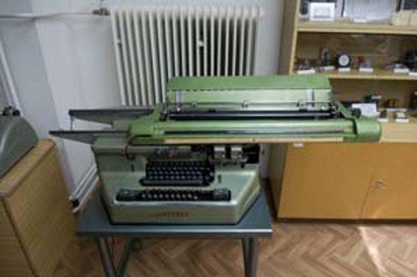 Pomôcka pre účtovníkov päťdesiatych rokov – počítač MERCEDES.