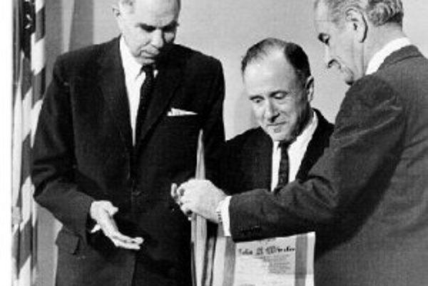 V decembri 1968 získal John Wheeler (uprostred) prestížnu Cenu Enrika Fermiho. Vľavo je Glenn Seaborg, vtedajší predseda Komisie pre atómovú energiu, vpravo americký prezident Lyndon Johnson.