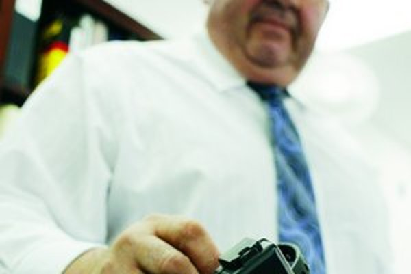 Technológia GPS vložená do náramku umožňuje na mape sledovať polohu recidivistov a tak zabrániť ďalším zločinom.