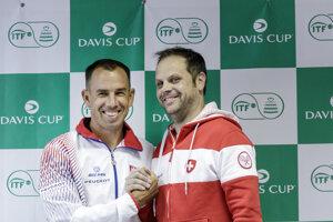 Kapitán Slovenska Dominik Hrbatý a kapitán Švajčiarska Severin Lüthi majú pred daviscupovým zápasom dobrú náladu.