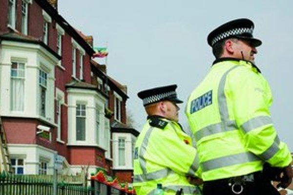 Britská polícia sa márne pokúša nájsť CD s údajmi o dvadsiatich piatich milónoch obyvateľov, ktoré vláde unikli minulý týždeň.