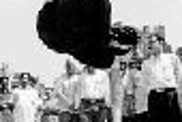 Holandský iluzionista Wouter Bijdendijk v roku 1995 pred palácom Kanakakkunnu v indickom štáte Kerala.