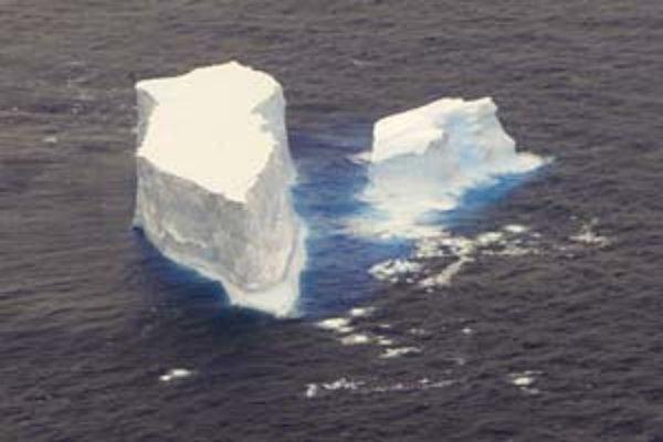 Plávajúce ľadovce v Južnom ľadovom oceáne asi 300 km od brehov Nového Zélandu. Snímka je z novembra 2006.