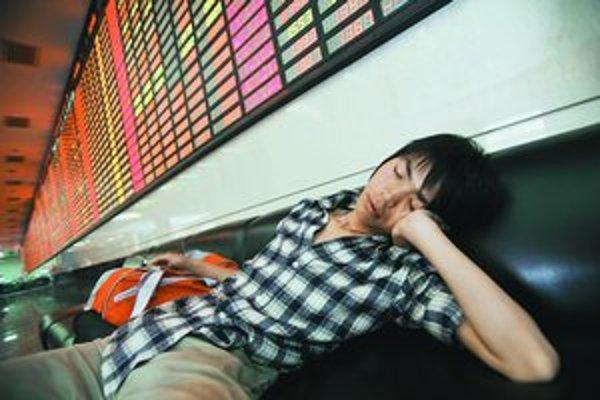 Zaspať pri blikajúcich svetlách elektroniky nie je pre mladých problém. Ich zdravie však trpí.