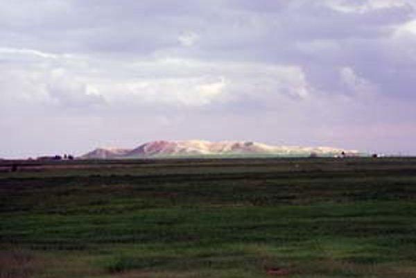 Celkový pohľad na Tell Brak. Vŕšok je výlučne umelý, vznikol ako produkt nepretržitého štvortisícročného osídlenia.