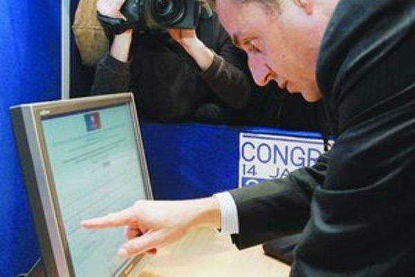 Politici internetom získavajú body.